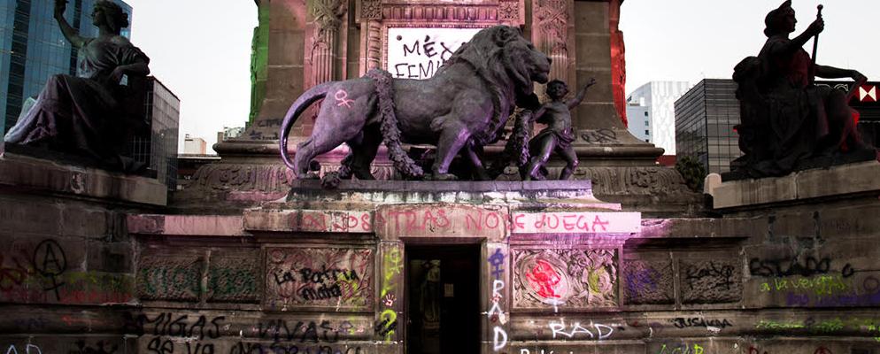 México feminicida grafiti en la Columna de la Independencia