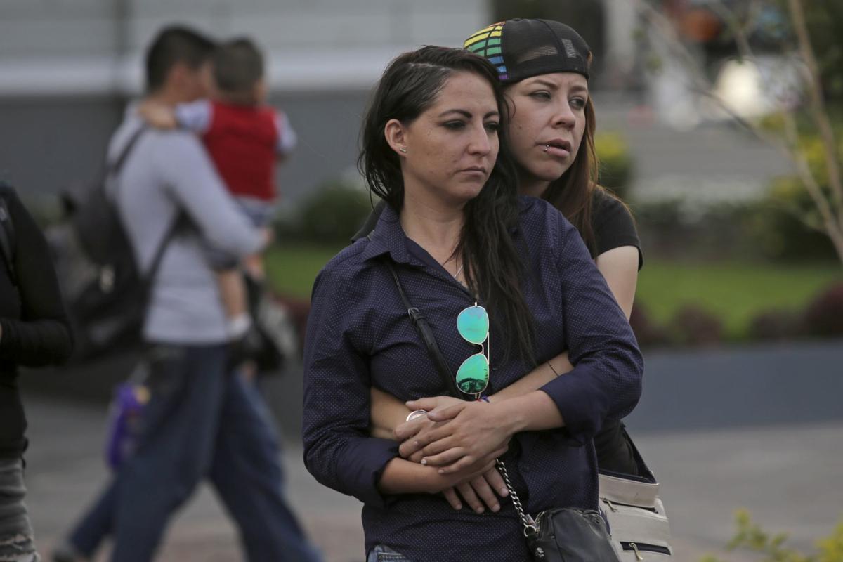 GUADALAJARA, JALISCO. 25MARZO2017.- Un pequeño grupo de mujeres de la comunidad lesbiana feminista, salieron a las calles de la ciudad para demandar igualdad, respeto y al mismo tiempo para protestar en contra de los feminicidios y violencia perpetradas a mujeres en los últimos tiempos.Pareja de lesbianas.
