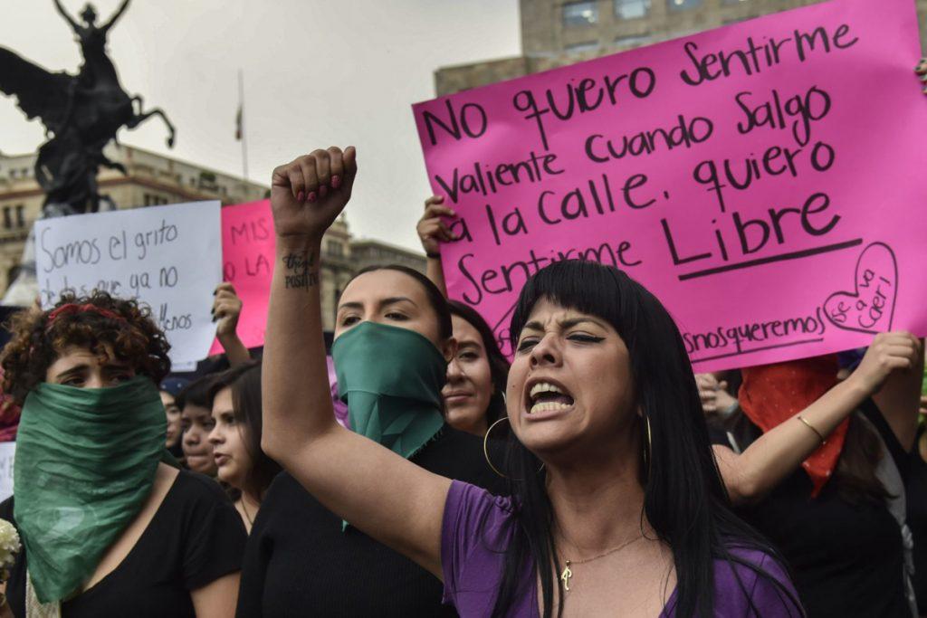 Mujeres protestando contra los lesbofeminicidios. Mujeres de grupos colectivos feministas se reunieron en el Antimonumenta para realizar diversas actividades que demandan justicia por el el feminicidio de Ingrid Escamilla.