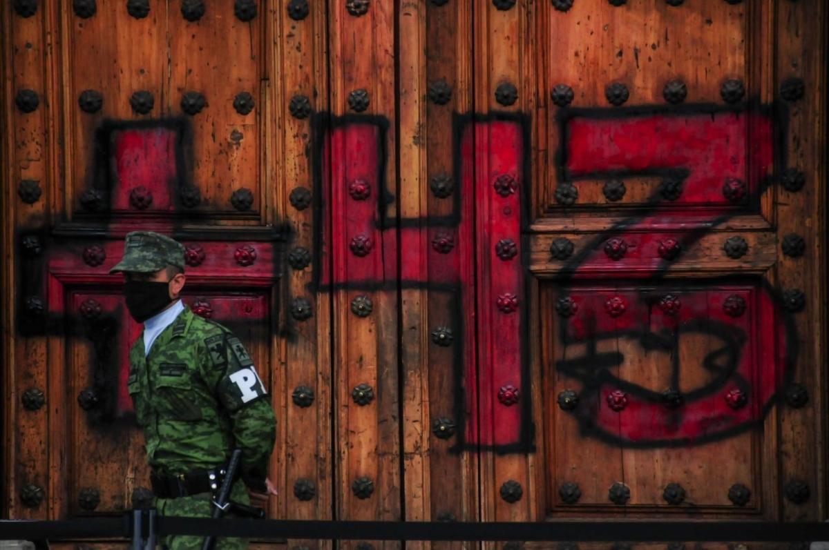 43 normalistas de Ayotzinapa desaparecidos, pinta en Palacio Nacional